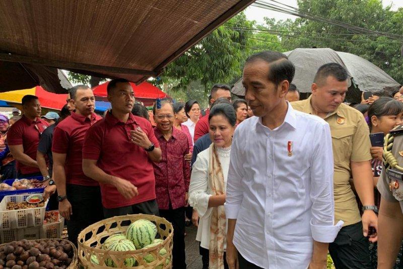 Presiden Jokowi belanja buah-buahan di Pasar Sukawati Gianyar
