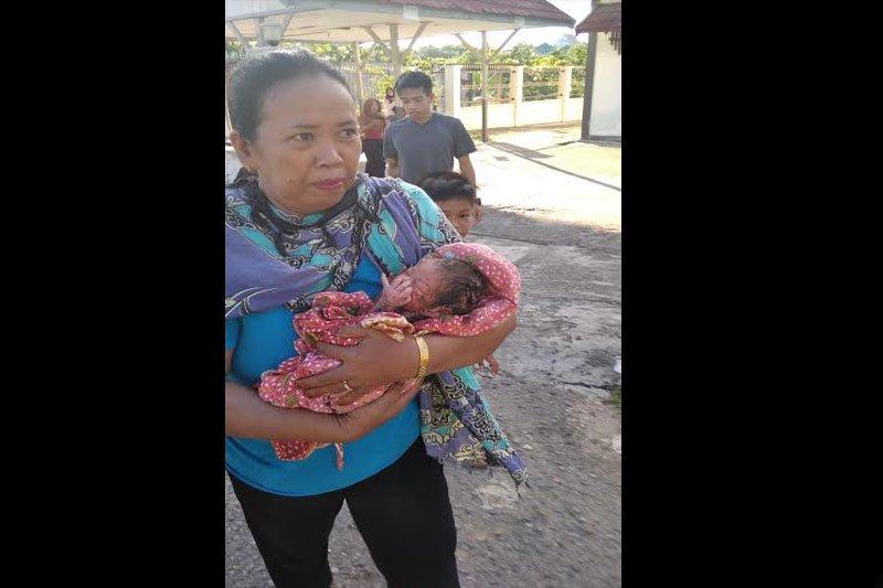 Warga temukan bayi di semak-semak di belakang kantor di  Puruk Cahu