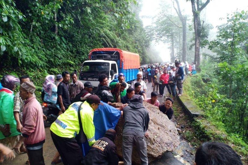 Jalur selatan Lumajang-Malang kembali longsor