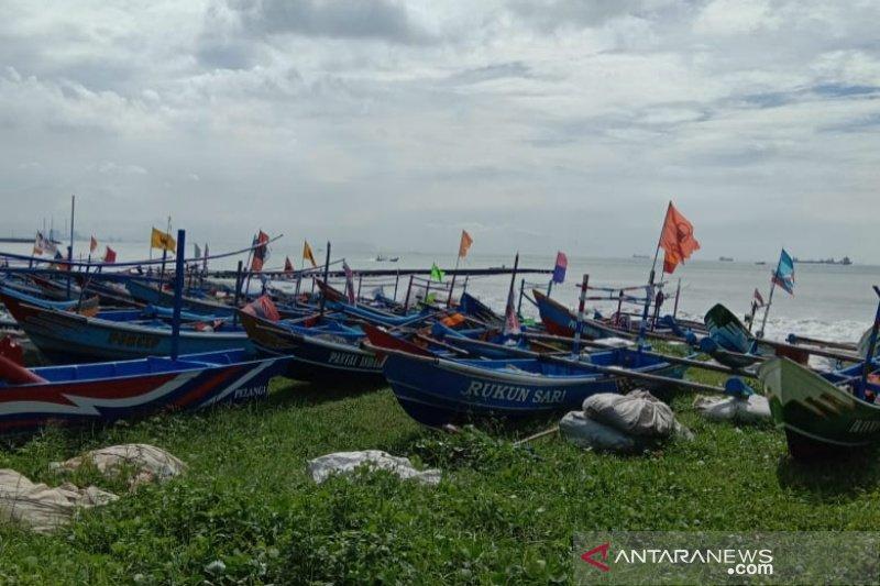 Nelayan Cilacap libur melaut, gelombang capai 6 meter