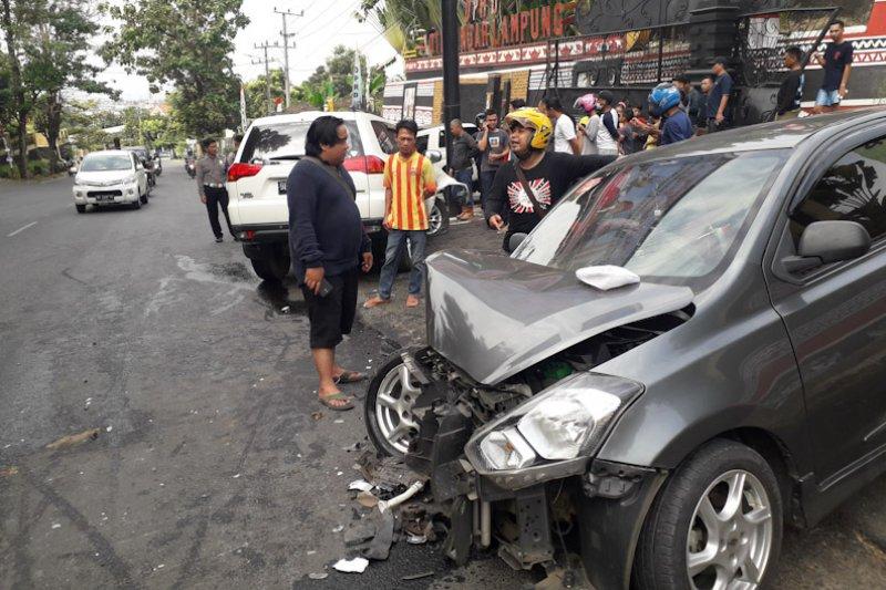 Dua mobil tabrakan di depan Kantor DPRD Bandarlampung