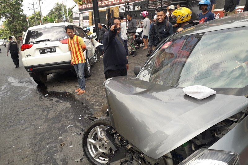 Dua kendaraan bertabrakan, diduga pengemudinya mengantuk