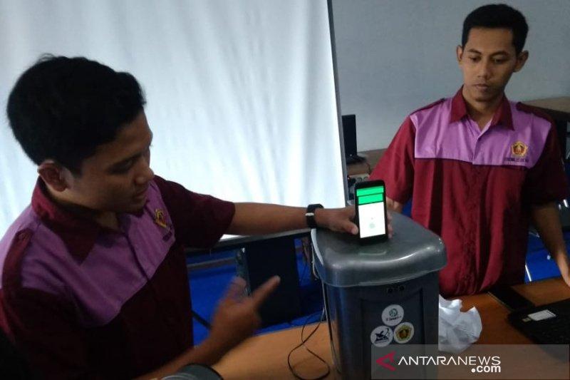 Mahasiswa ciptakan tempat sampah berbasis internet