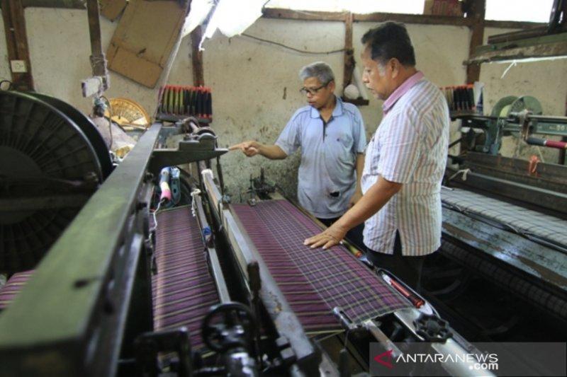 Ada pabrik tekstil tua di Sawahlunto, produksi 3.500 helai kain sarung setiap bulan