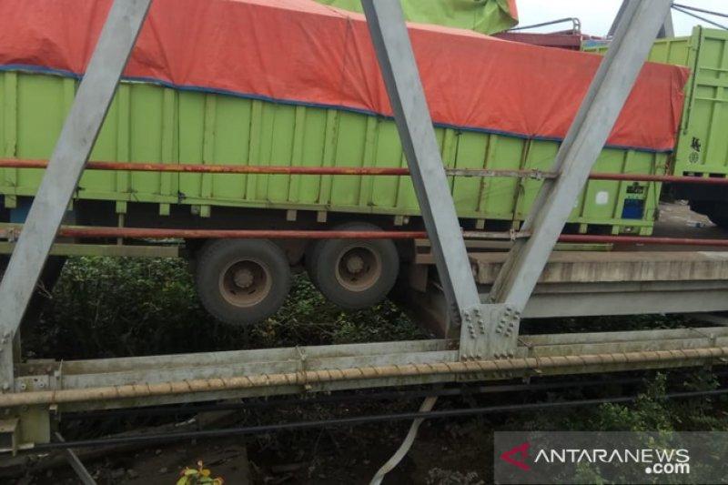 Truk besar melebihi kapasitas melintasi, Jembatan Way Mesuji ambles