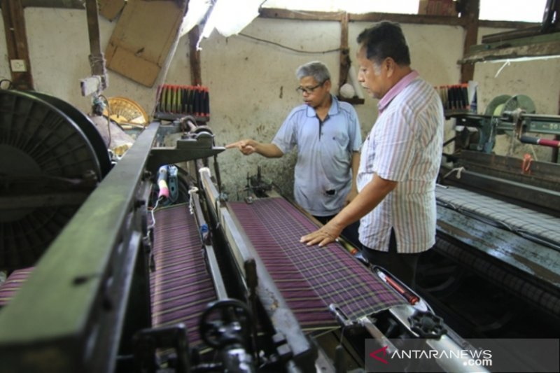 There is an old textile factory in Sawahlunto, producing 3,500 pieces of sarong every month