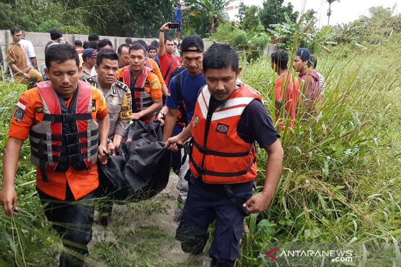 Seorang ibu warga Pekanbaru tewas terseret arus banjir