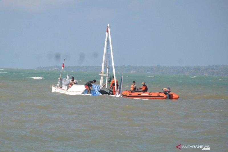 Evakuasi perahu karam di Sumenep