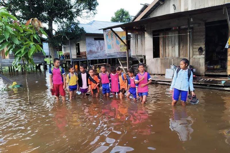 Sejumlah rumah dan sekolah di Desa Hanjalipan Kotim terendam banjir