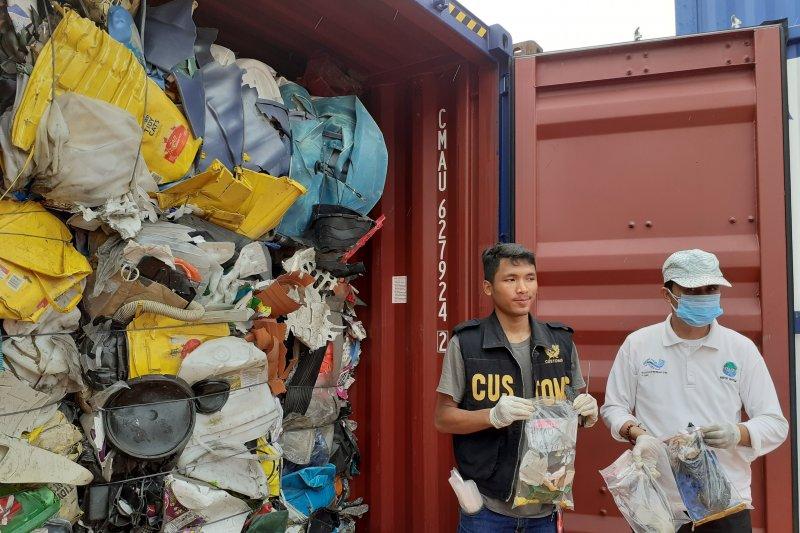 Isi kontainer limbah Batam diselidiki tim KLHK