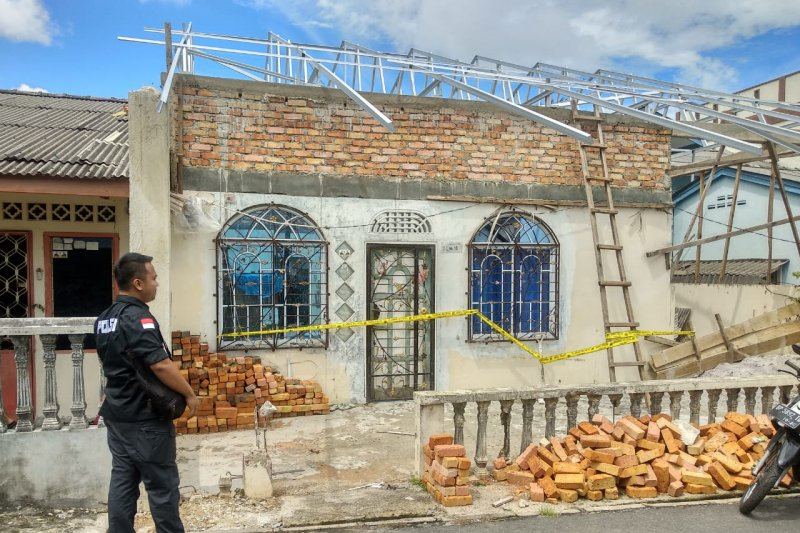 Saat perbaiki atap seorang pekerja bangunan tewas terjatuh