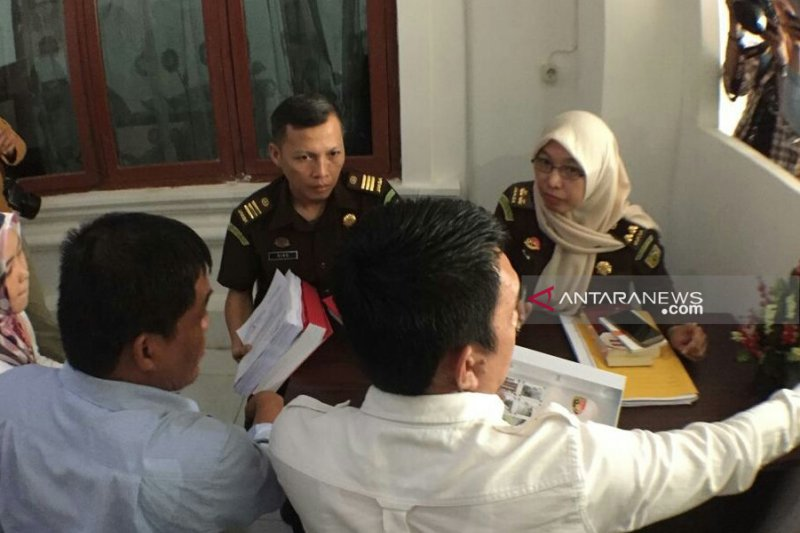 Berkas tersangka komisioner KPU Palembang dilimpahkan ke kejaksaan