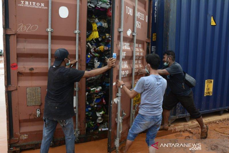 Bau busuk limbah B3 impor di Batam
