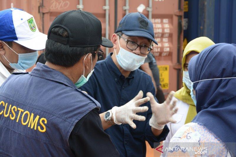 Bau busuk limbah B3 impor di Batam Foto Page 3