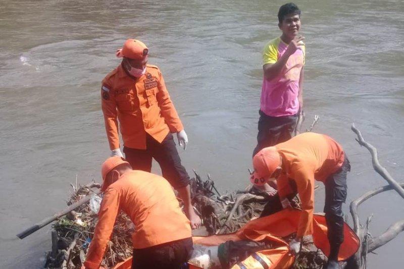 Mayat tanpa identitas dengan 15 luka tusuk  mengapung di Sungai Kelingi