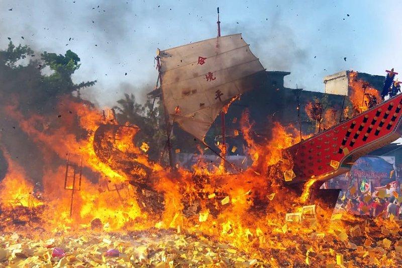 (FOTO) Semarak Bakar Tongkang di Bagansiapiapi