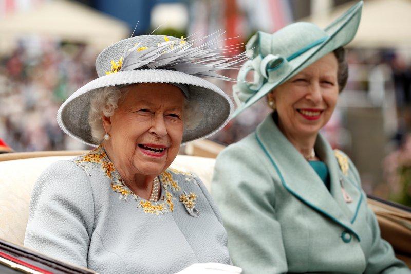 Ratu Inggris kembalikan monyet mainan milik anak dari Australia