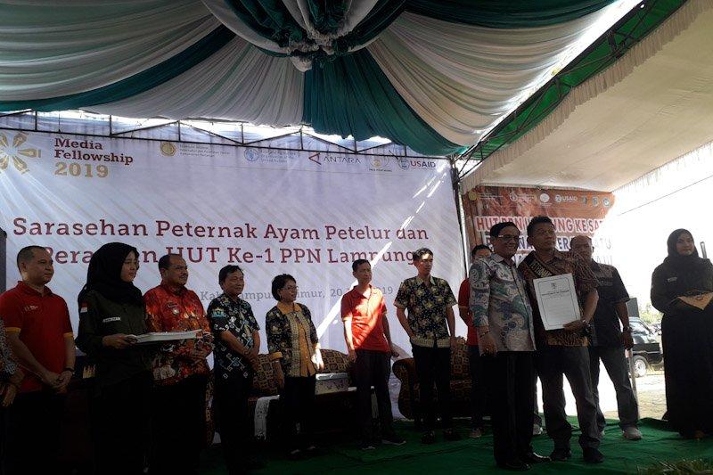 Dirjen Kementan serahkan sertifikat kepada enam peternak ayam di Lampung
