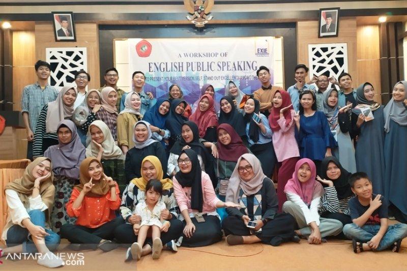 "PNP latih mahasiswa tingkat akhir dengan ""English Public Speaking"""