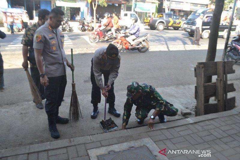 Personel TNI-Polri bersihkan lingkungan pasar tradisional Banyumas