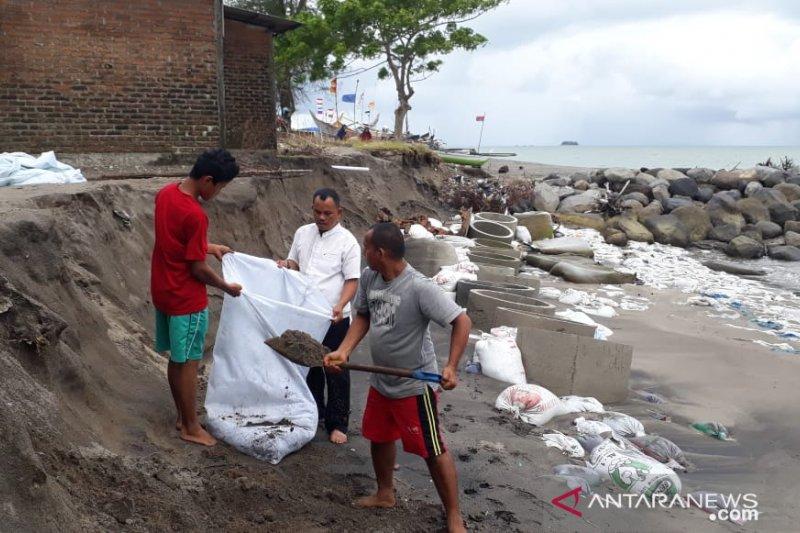 Warga pasang karung berpasir tahan abrasi pantai di Padang Pariaman