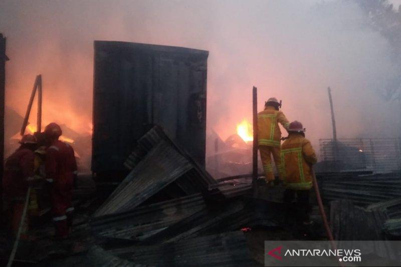 12 mobil damkar berhasil padamkan kebakaran di perbatasan Bogor-Depok