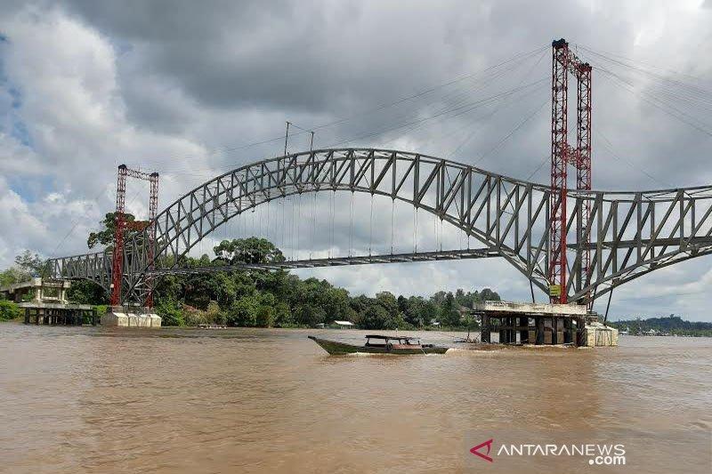 Debit Sungai Barito naik, tongkang dilarang lewat Jembatan Muara Teweh