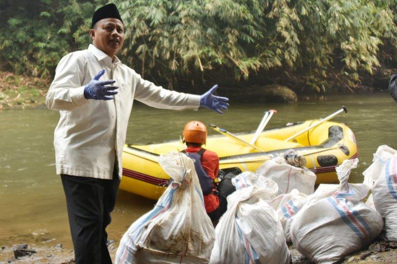 Wagub Jabar turun bebersih ke sungai Ciliwung di Bogor