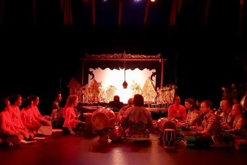 Pagelaran wayang kulit dalam bahasa Perancis hipnotis mahasiswa di Paris
