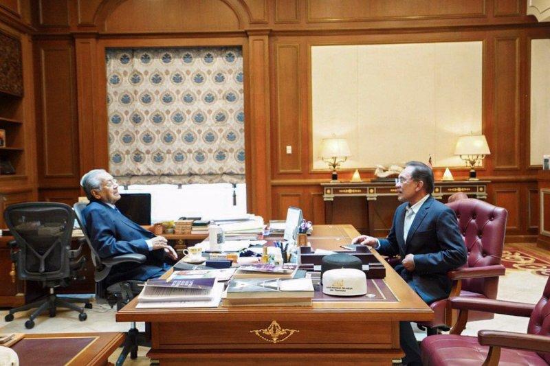 Anwar Ibrahim bertemu Mahathir di Putrajaya