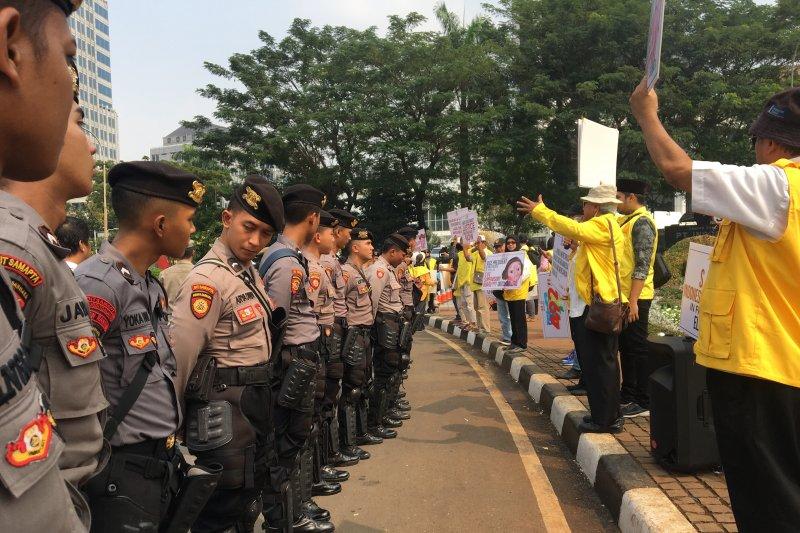 Ondel-ondel dan pemusik Betawi iringi unjuk rasa di Patung Kuda