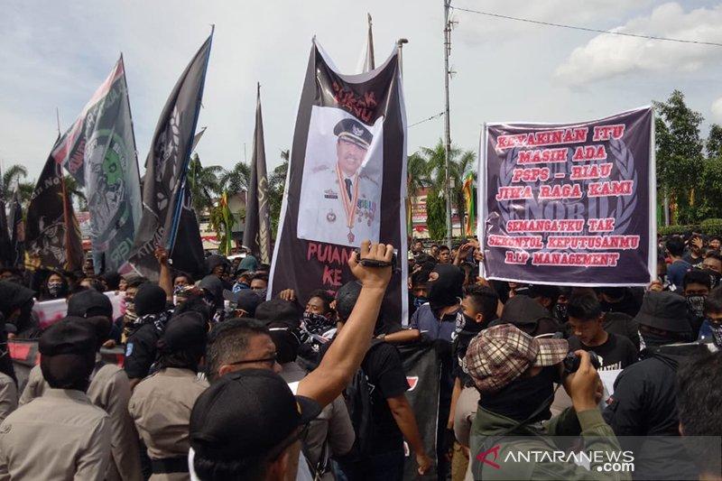 Kelompok suporter PSPS Pekanbaru demo di Kantor Gubernur Riau