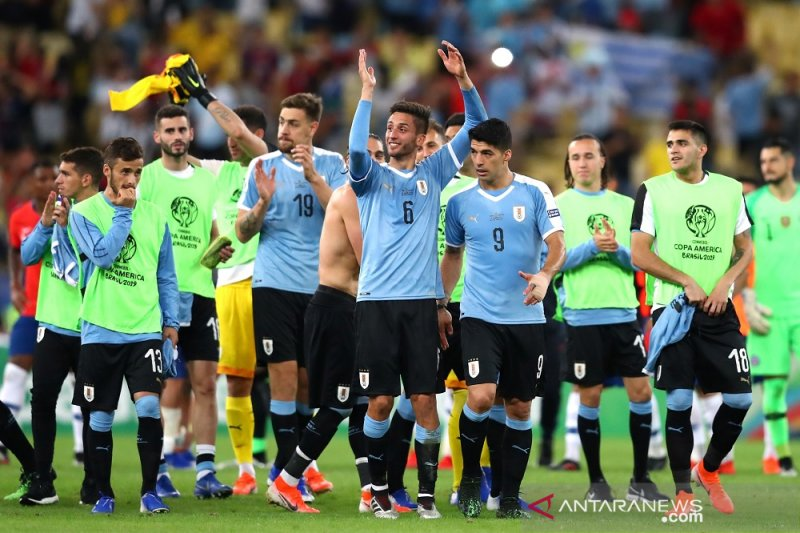 Uruguay melaju dampingi Chile