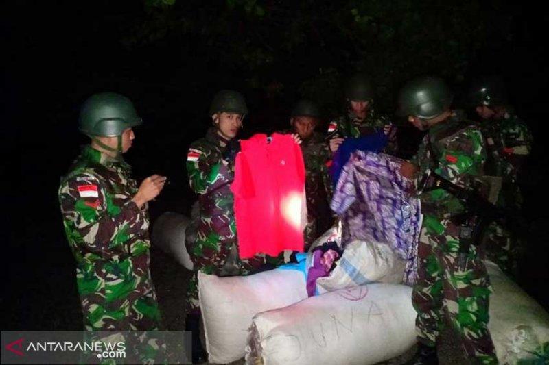 Satgas Pamtas RI-RDTL gagalkan penyeludupan pakaian bekas sebanyak 14 karung