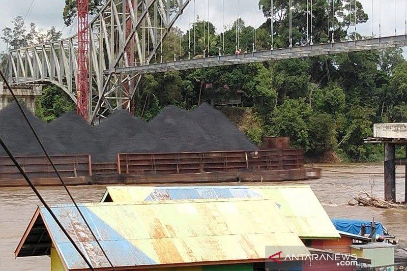 Debit Sungai Barito turun, tongkang bisa lintasi bawah jembatan Muara Teweh