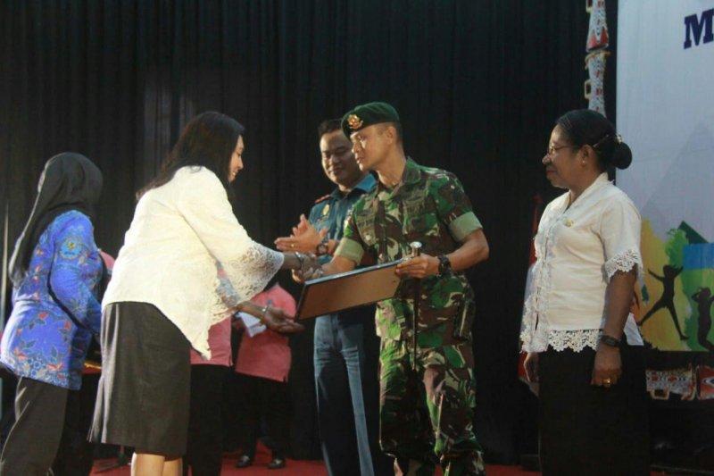 Satgas Pamtas Yonif PR 328/DGH terima penghargaan dari BNN Jayapura