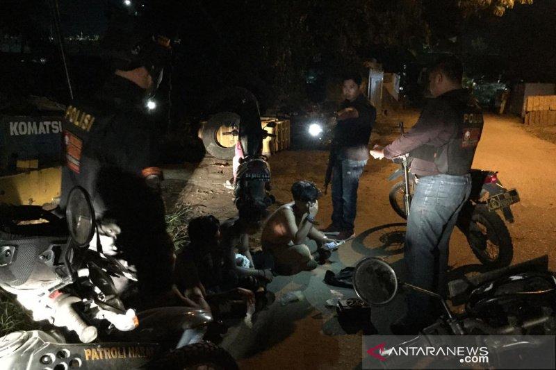 Asyik ngelem di bawah jembatan, empat anak diamankan polisi