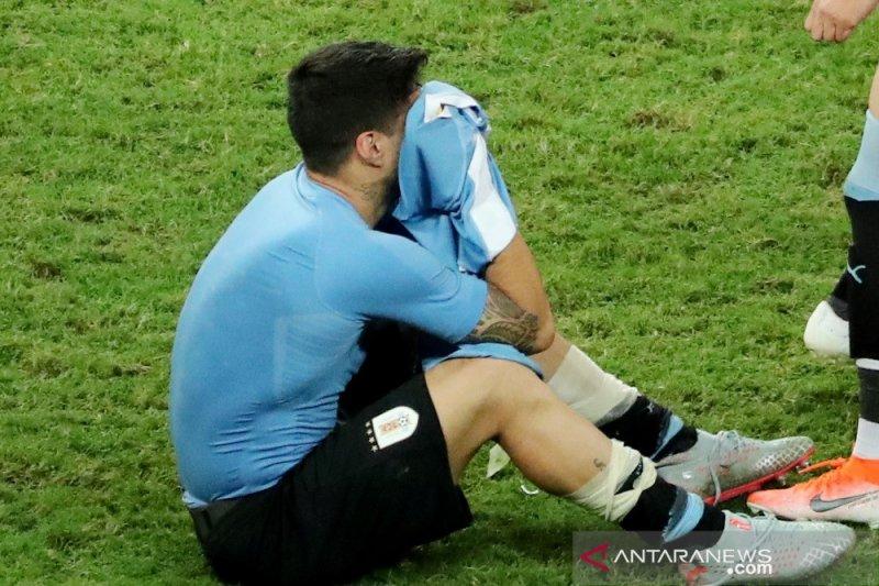Uruguay tersingkir, Suarez mewek
