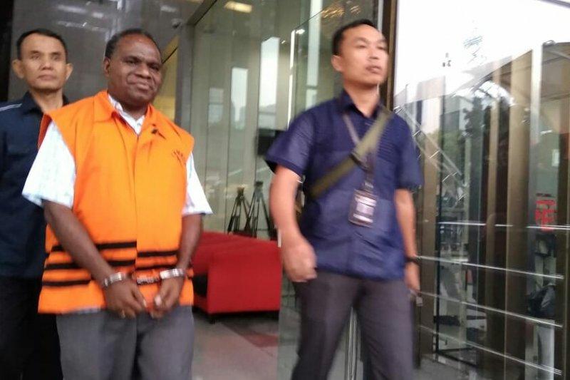 Mantan Kadis PU Bina Marga Papua Mikael Kambuaya ditahan KPK