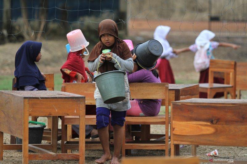 Kegiatan hari pertama sekolah bersihkan ruang belajar pasca banjir