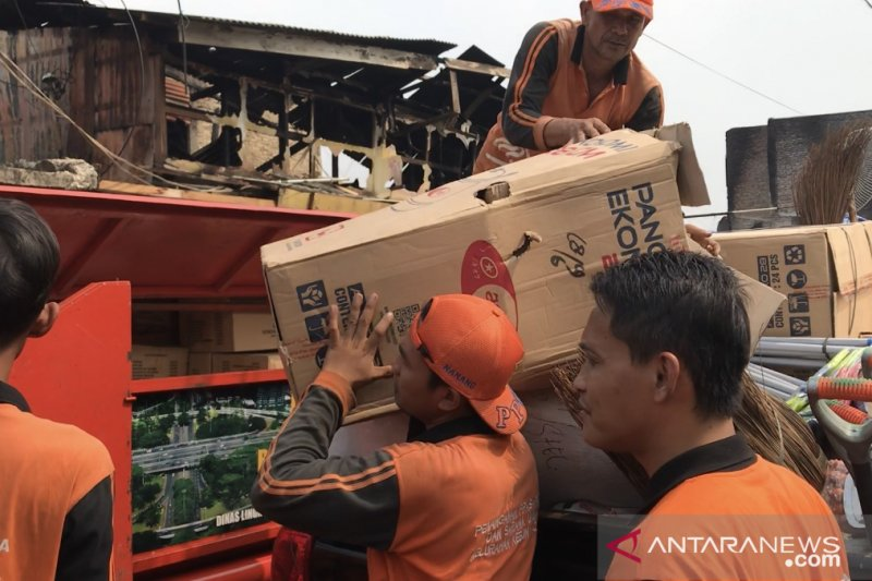 Kelurahan Kebon Kacang distribusikan bantuan kepada korban kebakaran