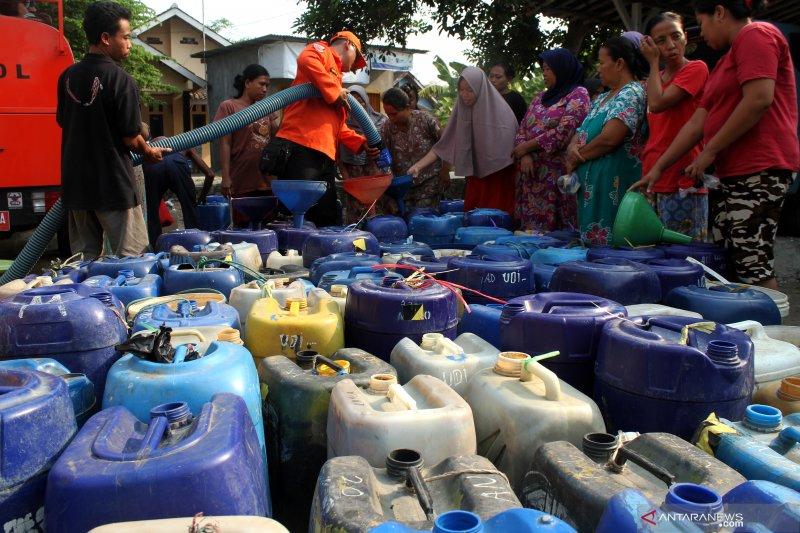 Bantuan air bersih untuk warga Cibarusah Bekasi yang dilanda kekeringan