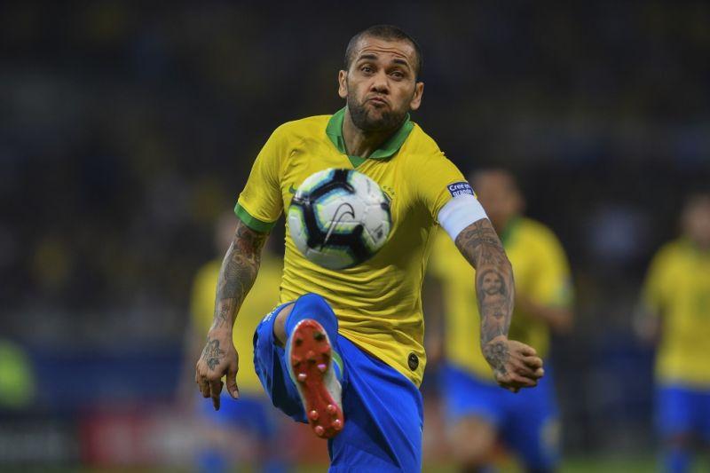Pelatih Brasil puji Dani Alves dan bersimpati kepada Messi