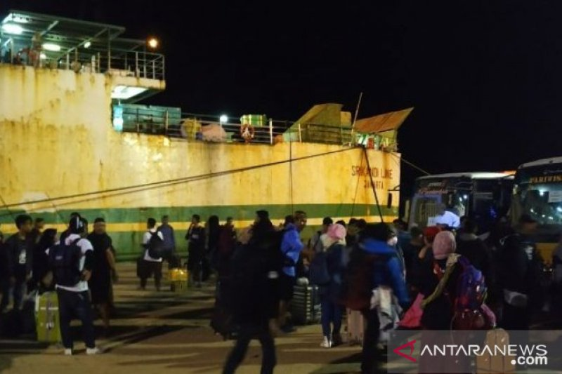 Penumpang kapal di Pelabuhan Pangkalbalam turun jelang Natal