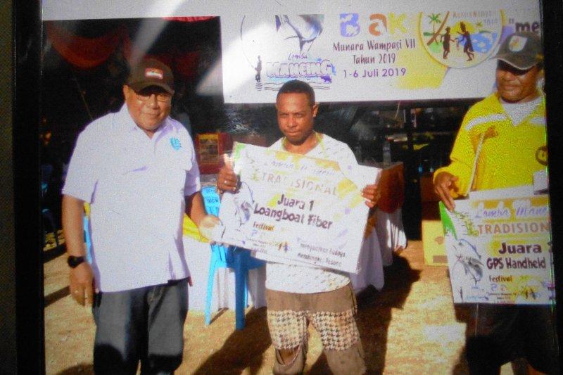 Pemancing  klub Erban Biak meraih hadiah longboat fiber