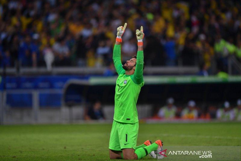 Kiper Brasil ini di ambang raih Sarung Tangan Emas kedua