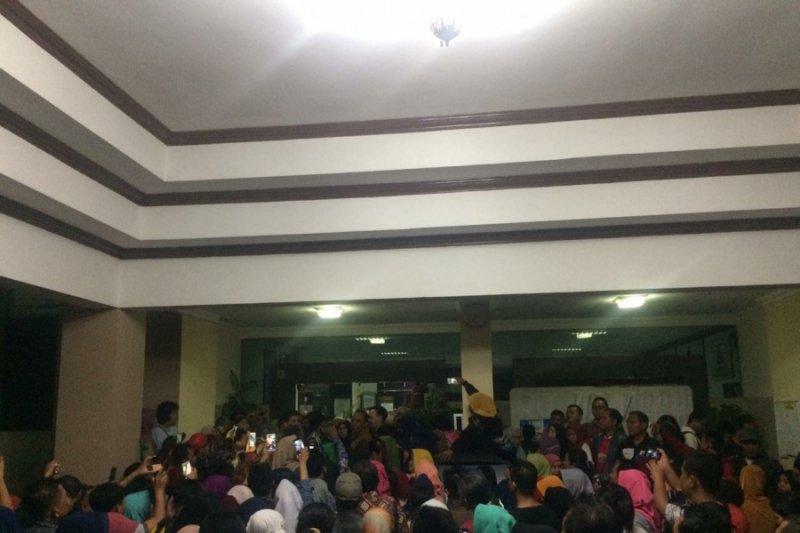 Ratusan orang tua datangi Disdik Sleman hingga malam hari
