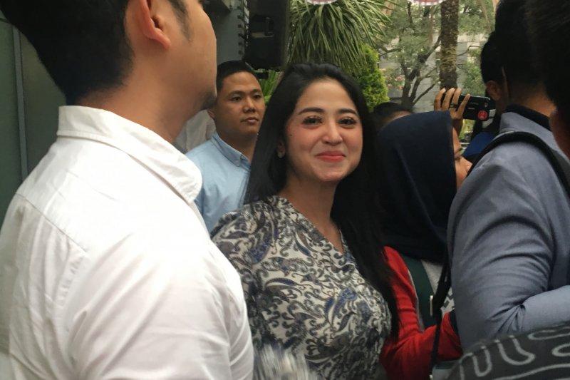 Dewi Perssik datangi Polda Metro Jaya di tengah usaha mediasi