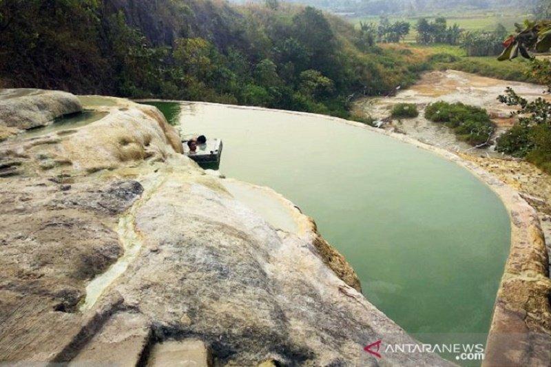 Menikmati berendam di sumber air hangat alami Gunung Panjang Bogor