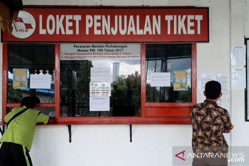 Puluhan calon penumpang PT Pelni tidak dapat tiket
